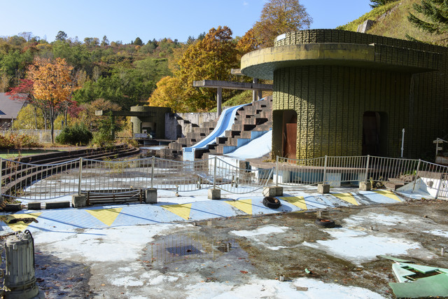 かつてはプールがあった廃墟の写真