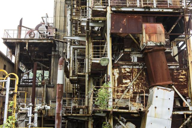 崩れそうな工場廃墟の写真