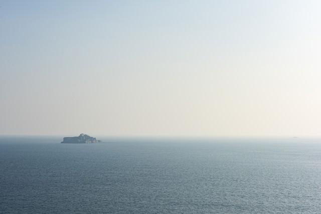 海の向こうに軍艦島の写真