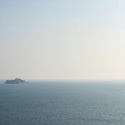 「海の向こうに軍艦島」の写真素材