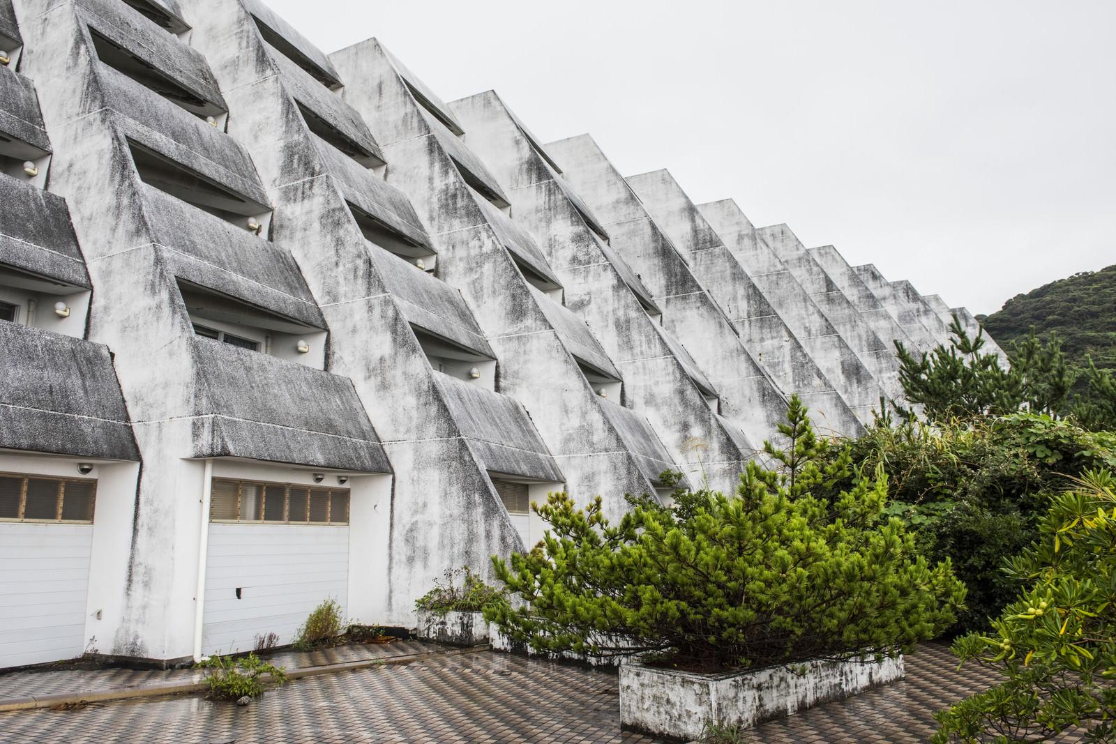 「離島の無人ホテル(廃墟)」の写真