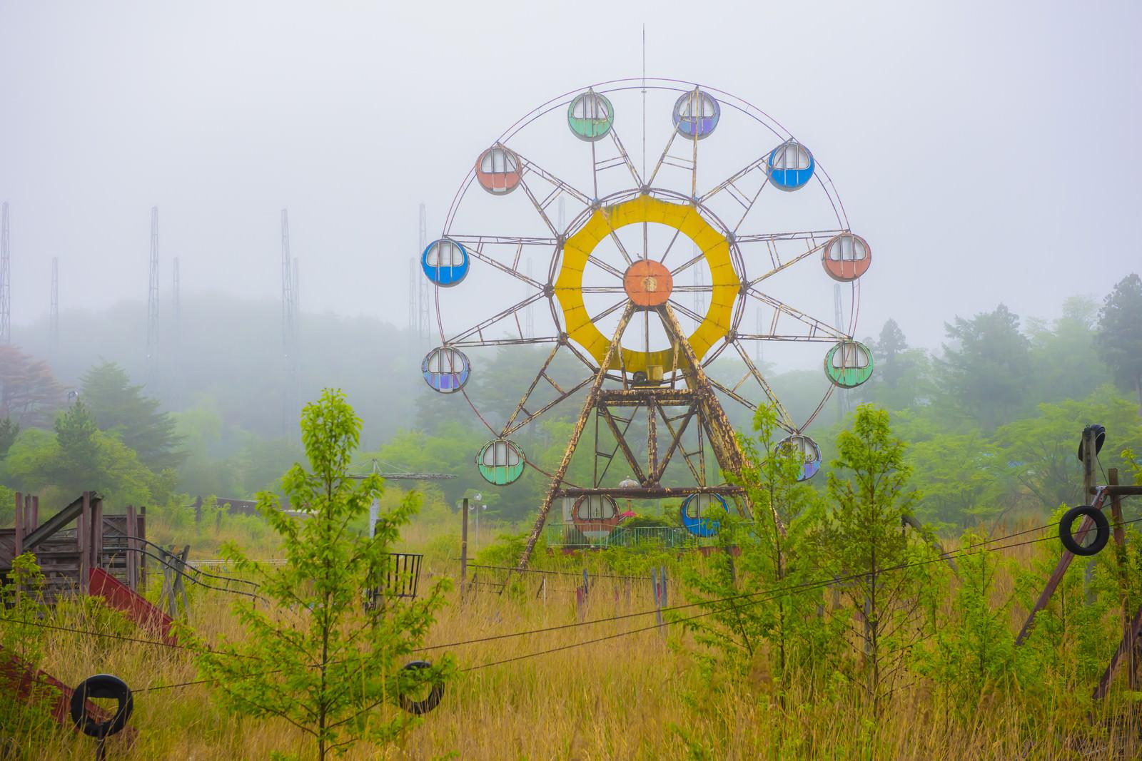 「霧の中の遊園地廃墟」の写真