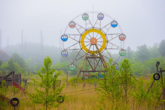 「霧の中の遊園地廃墟」のフリー写真素材