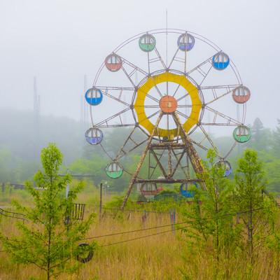 霧の中の遊園地廃墟の写真