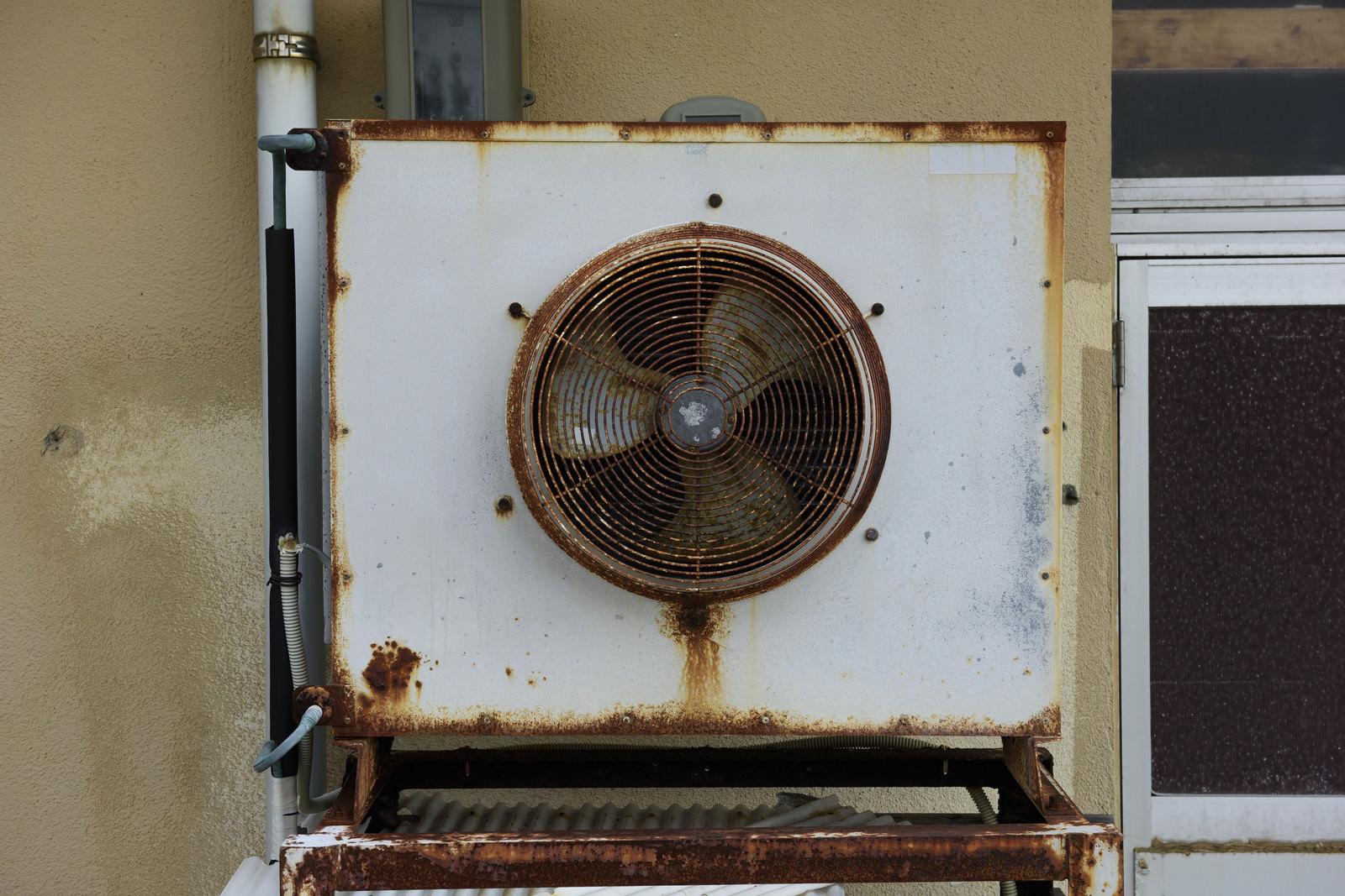 「かなり古い室外機」の写真