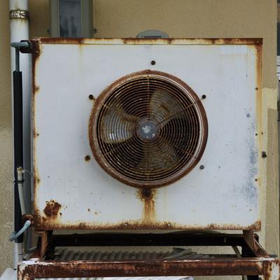「かなり古い室外機」の写真素材