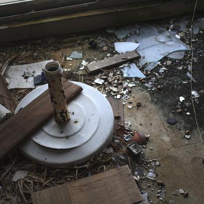 割れたガラスやゴミが散らばる廃墟の床の写真