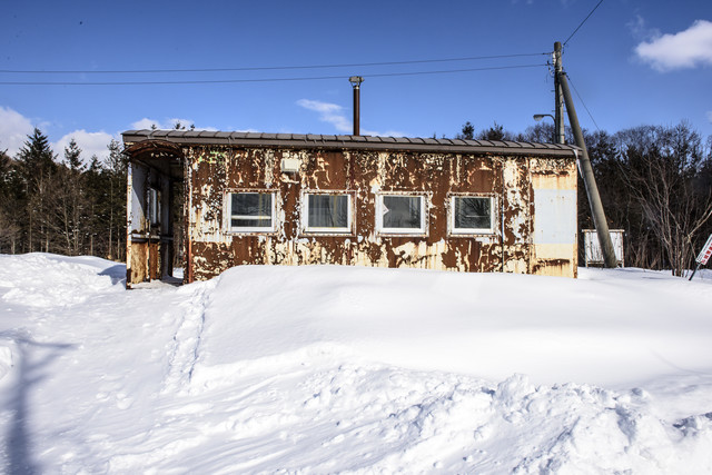 雪に埋もれる北海道「歌内駅」の写真