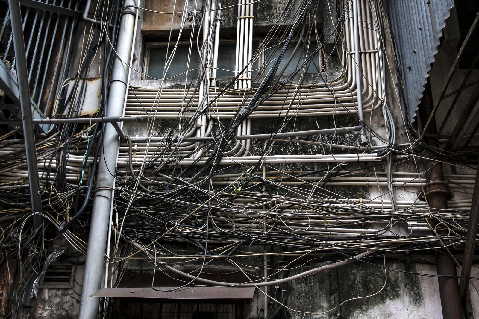 「マカオで見かけた電線と廃屋」の写真