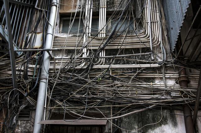 マカオで見かけた電線と廃屋の写真