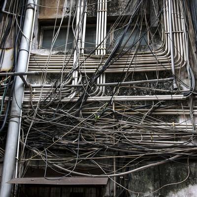 「マカオで見かけた電線と廃屋」の写真素材