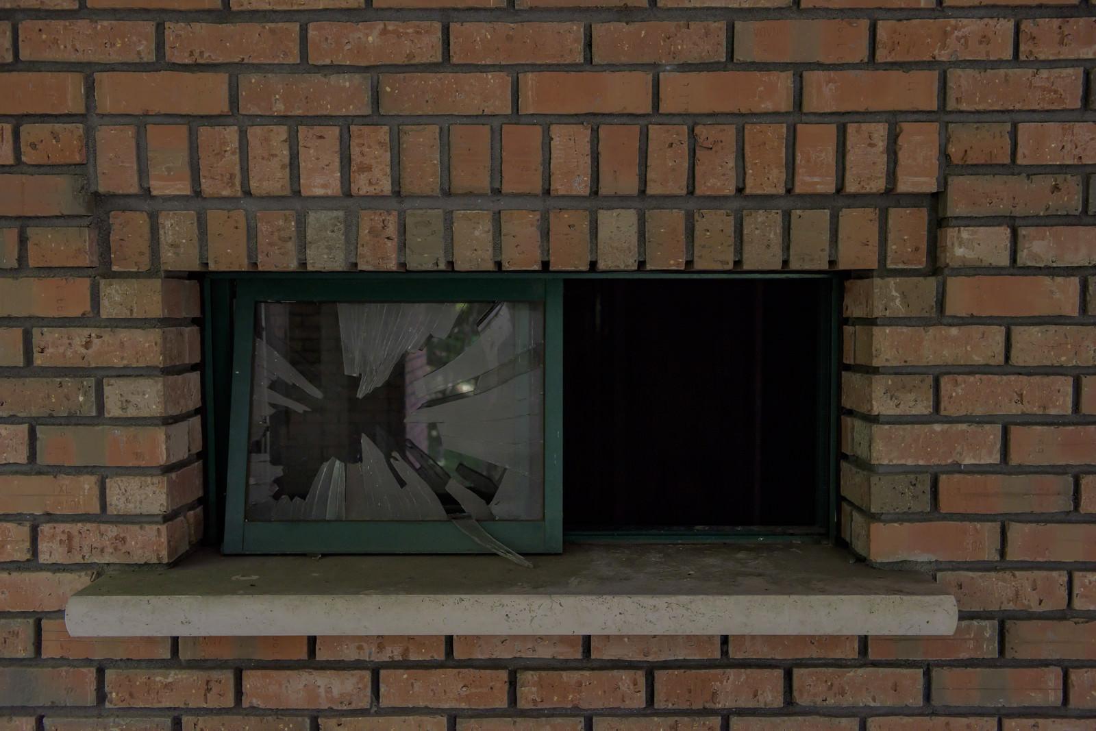 「レンガと割れたガラス窓レンガと割れたガラス窓」のフリー写真素材を拡大