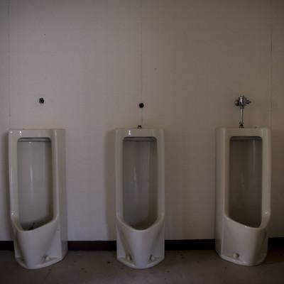 使われていない不気味なトイレの写真