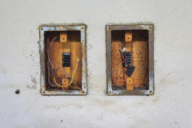 錆びた電気配線のあとの写真