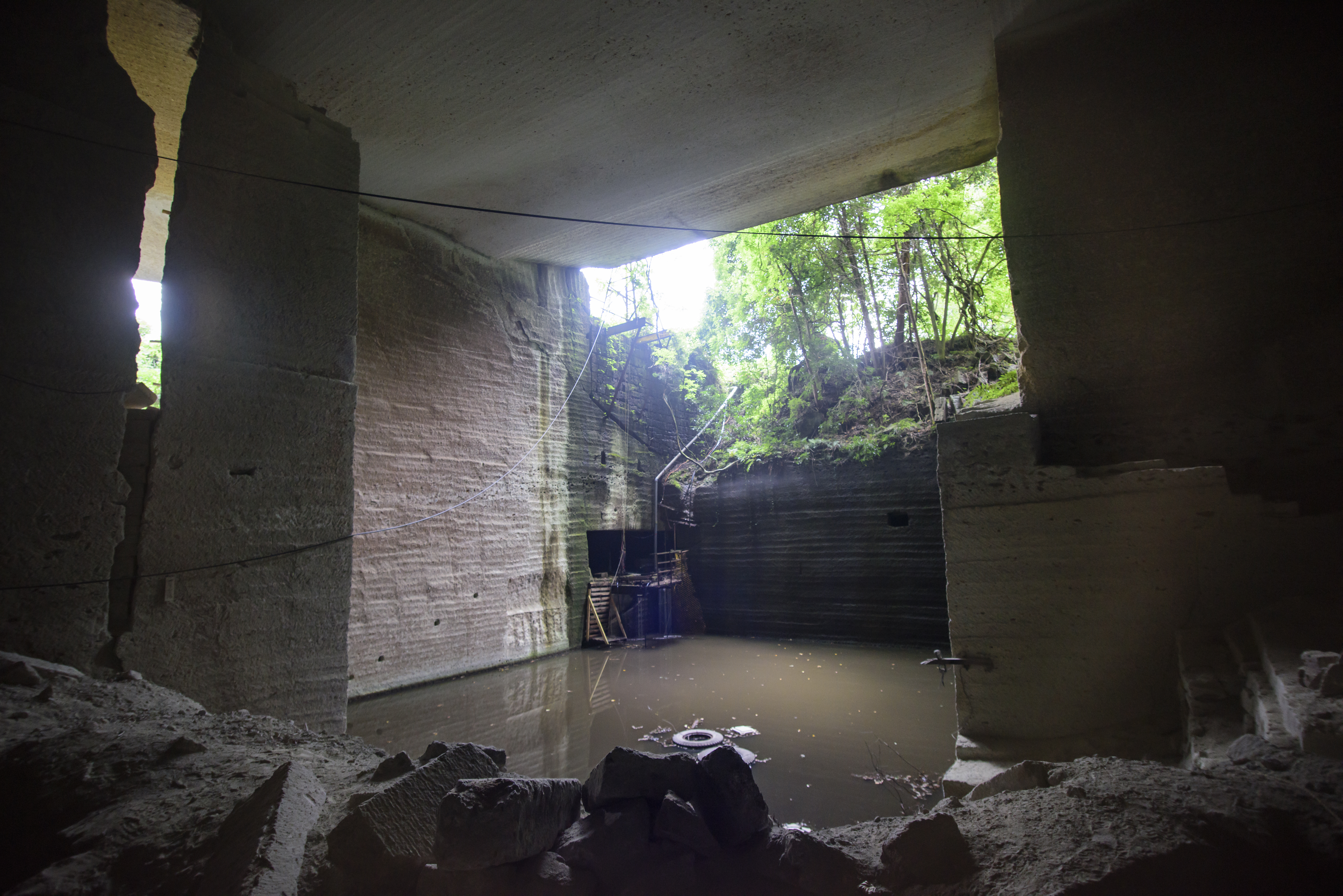 プール廃墟の折れたスライダー|ぱくたそフリー素材
