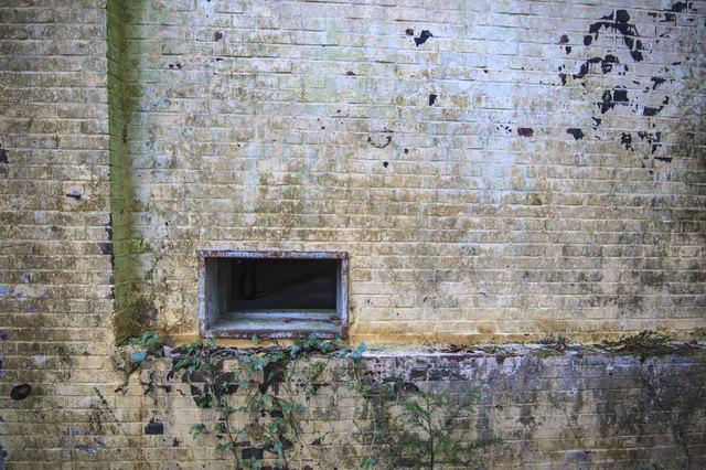 廃墟の壁と通気口の写真