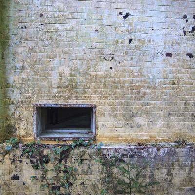 「廃墟の壁と通気口」の写真素材