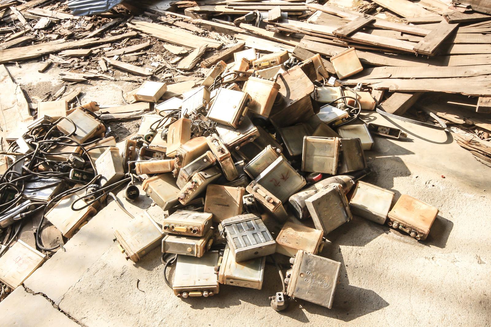 「捨てられたバッテリーの数々」の写真
