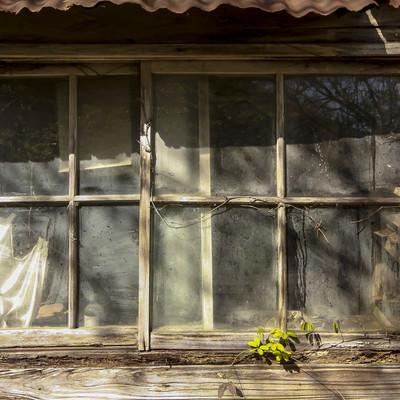 「木造の廃屋の窓」の写真素材