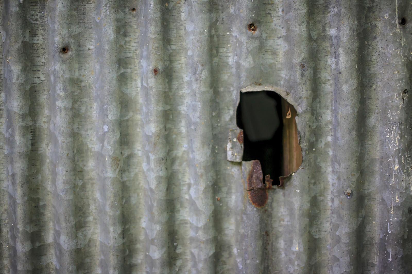「穴の空いたトタン」の写真