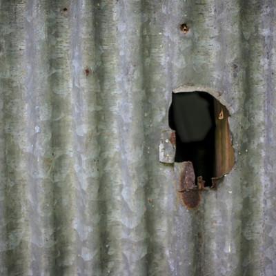 「穴の空いたトタン」の写真素材