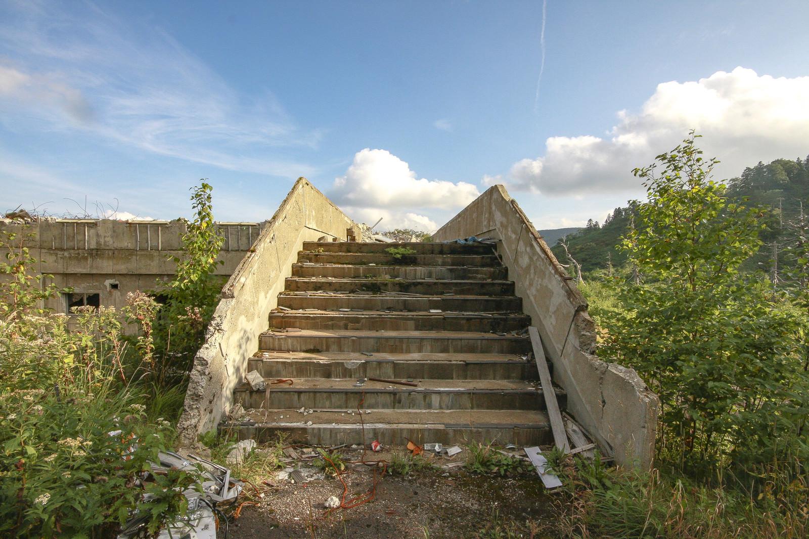 「空と廃屋の階段空と廃屋の階段」のフリー写真素材を拡大