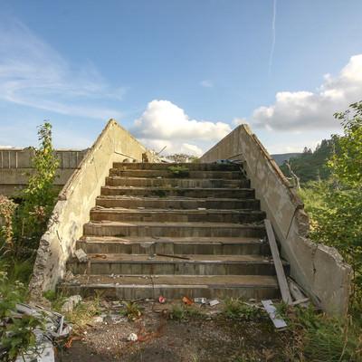 「空と廃屋の階段」の写真素材