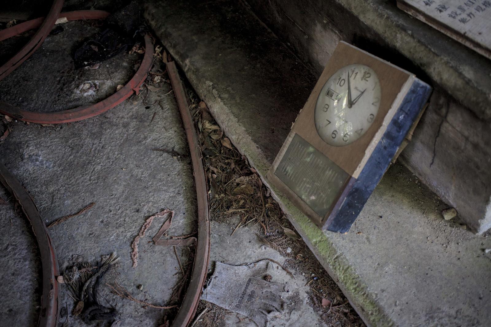 「見捨てられた時計 | 写真の無料素材・フリー素材 - ぱくたそ」の写真