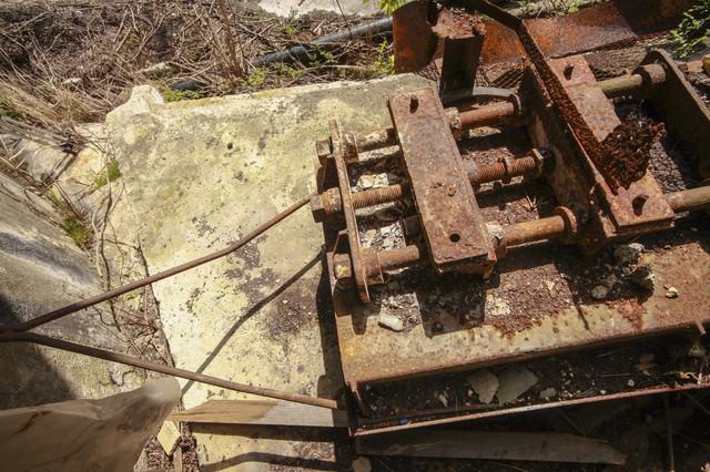 錆びた金属の部品の写真