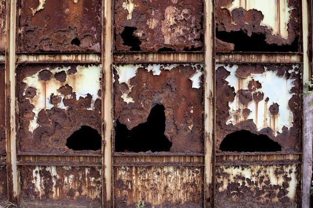 錆びて腐食した鉄壁の写真
