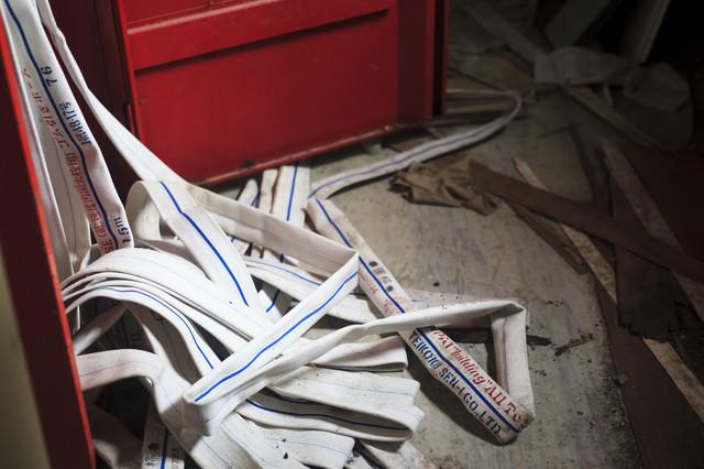 消防ホースが崩れ出た屋内の写真