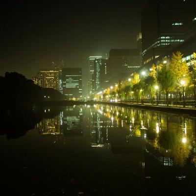 皇居の外濠に映り込むビル群の夜景の写真