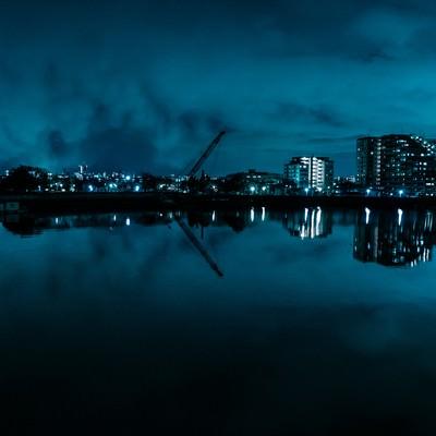 湖面に映る街並みとクレーン(夜景)の写真