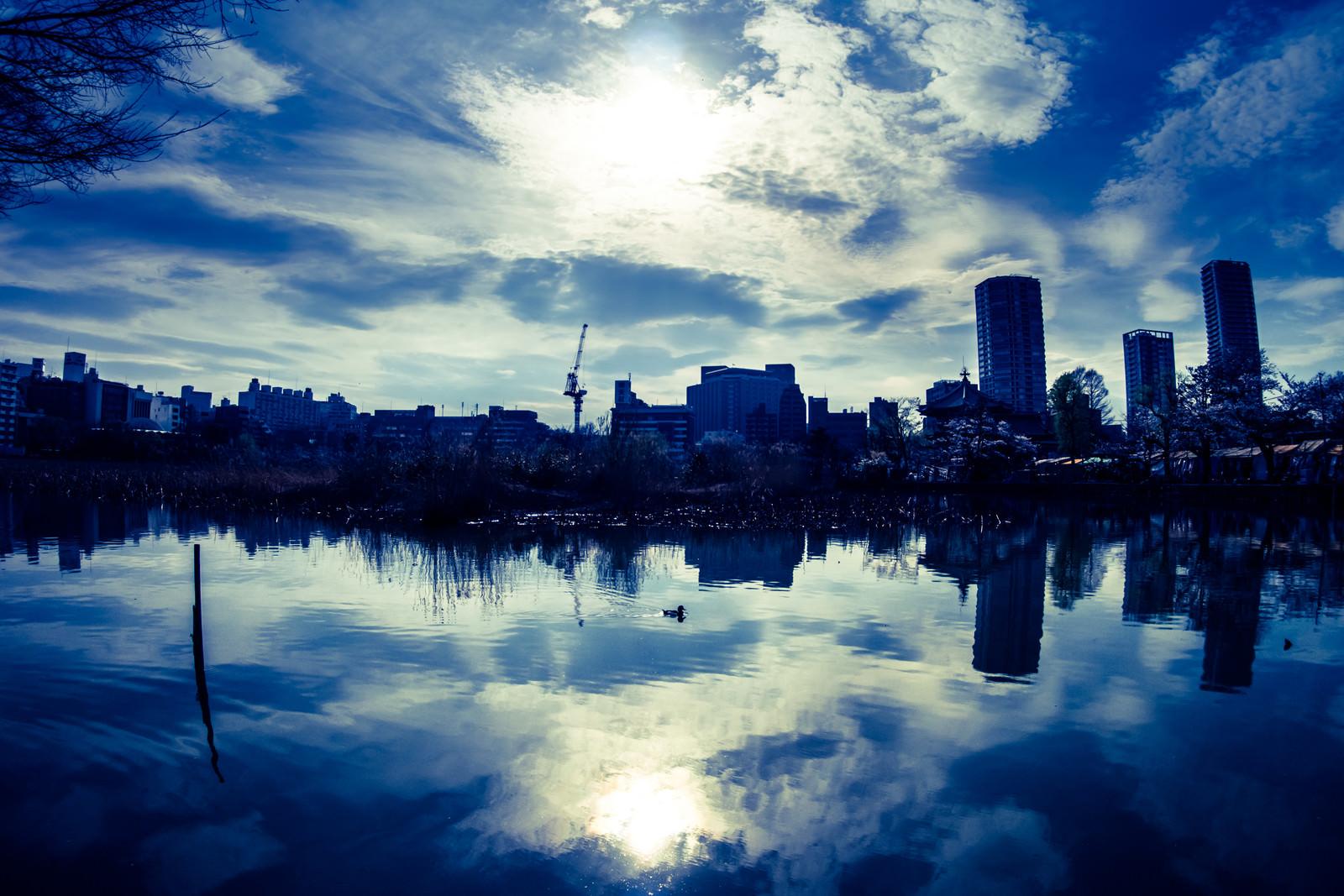 「湖面に映る空と街並み」の写真