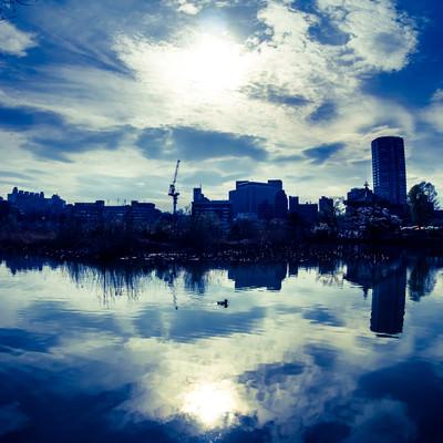 湖面に映る空と街並みの写真