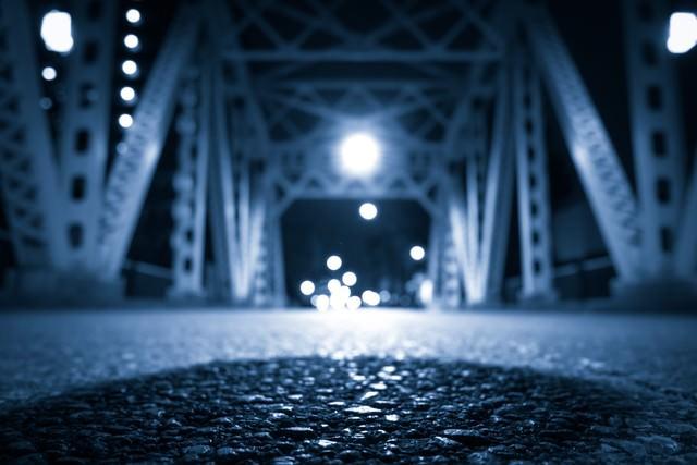 アスファルトの路面(橋)の写真