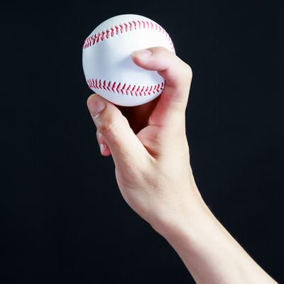 フォークボールの握り方(横)の写真