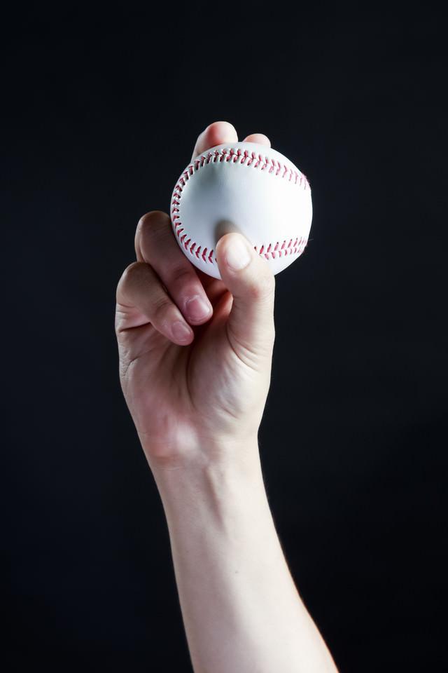 カーブ(変化球)の握り方の写真