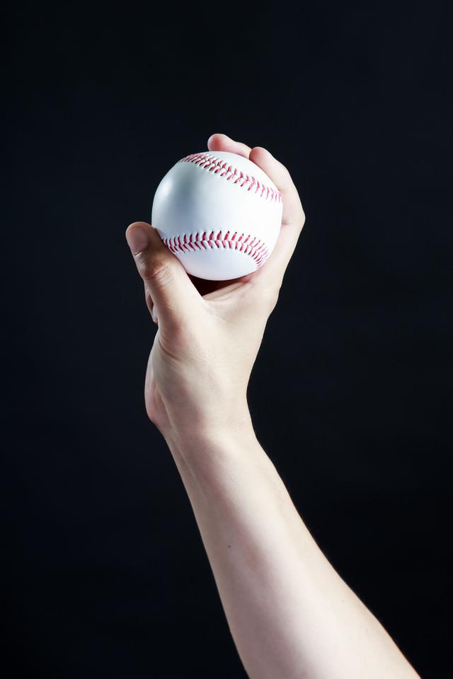カーブ(変化球)の握り方(横)の写真