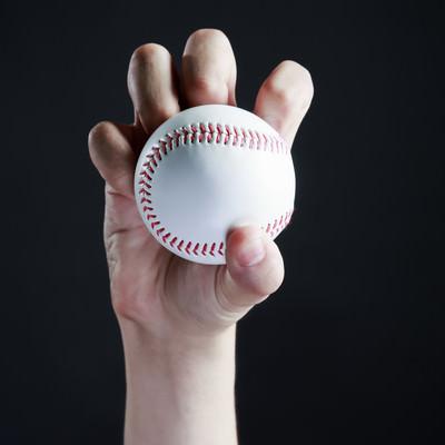 ナックル(変化球)の投げ方の写真