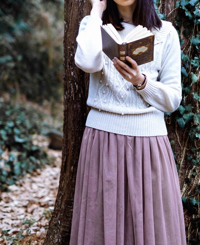 木陰で読書する女性の写真