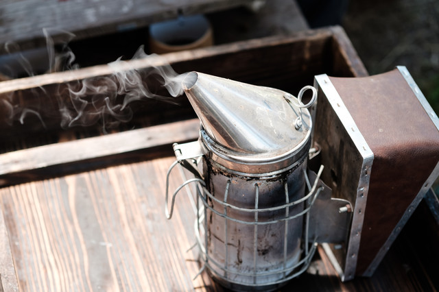 養蜂所の燻煙器の写真