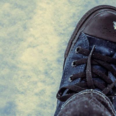 「雪の中を歩く」の写真素材