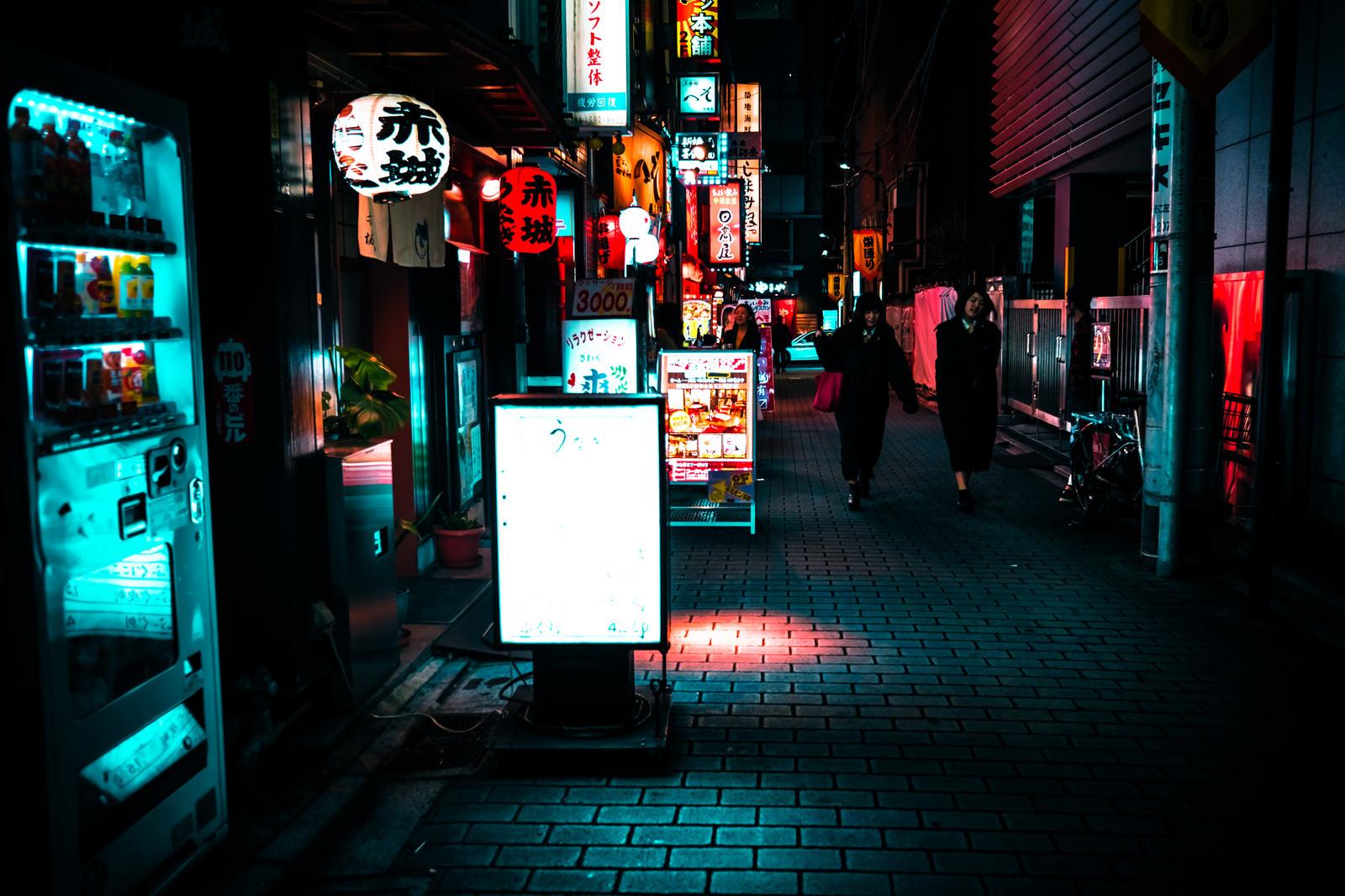 飲み屋の看板と提灯が並ぶ裏路地のフリー素材