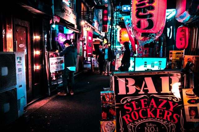 ちょうちんやBARで賑わう裏路地の飲み屋街の写真