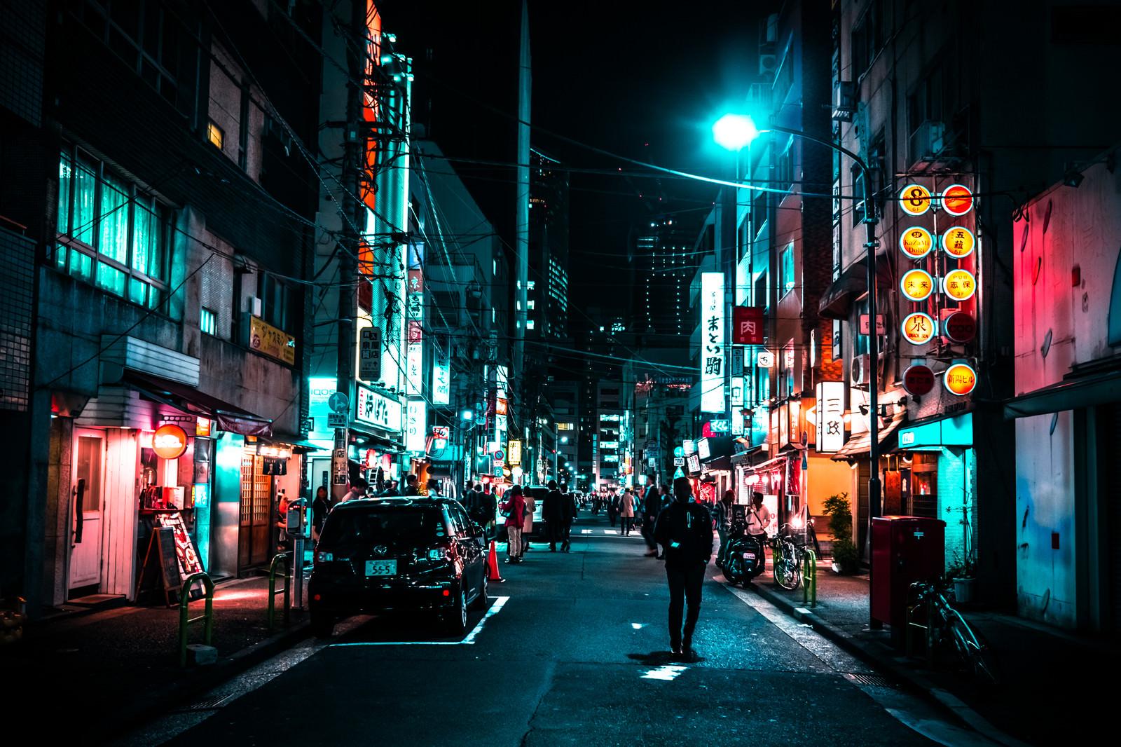 「裏通りの飲み屋を行き交う人々」の写真