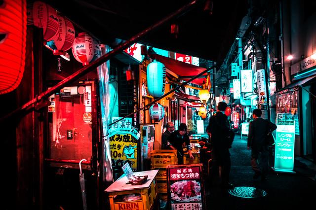 路地裏の明かりと居酒屋の写真