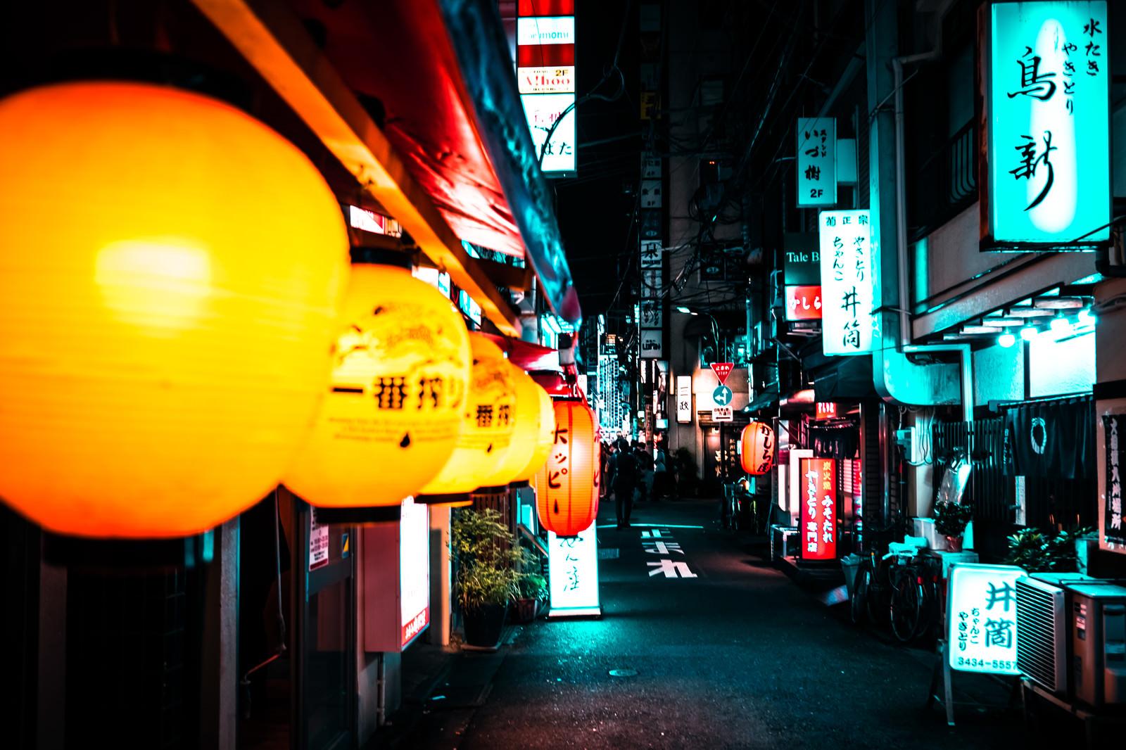 「居酒屋の軒下に並ぶちょうちんと飲み屋街」の写真