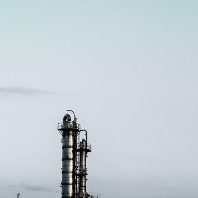 曇り空と工場の写真