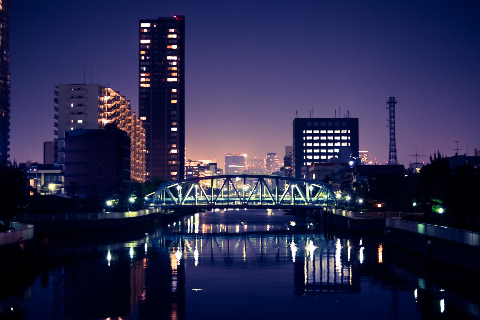 「江東区の川べり(夜景)」の写真